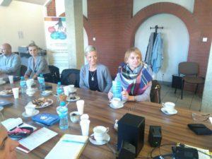 Na zdjęciu widać 5 uczestników szkolenia siedzących przy stole konferencyjnym.