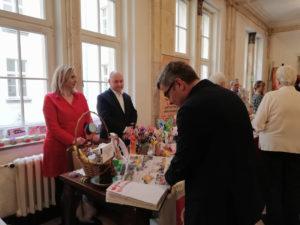 Minister Rodziny, Pracy iPolityki Społecznej Elżbieta Rafalska wpisująca pozdrowienia iżyczenia świąteczne wksiędze pamiątkowej